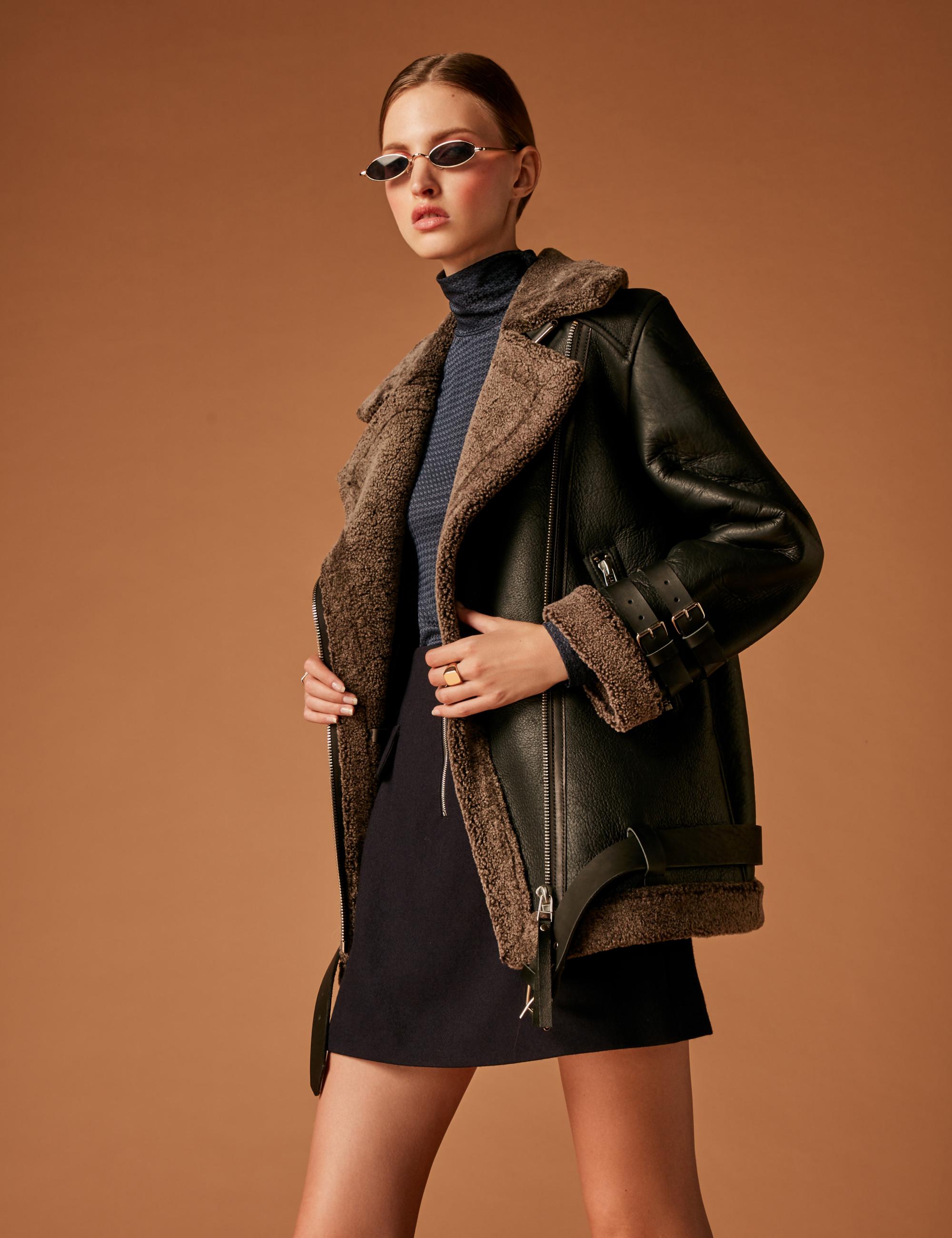 Soeasy кожаная куртка-дубленка 2019 цвета антрацит с короткой черной юбкой