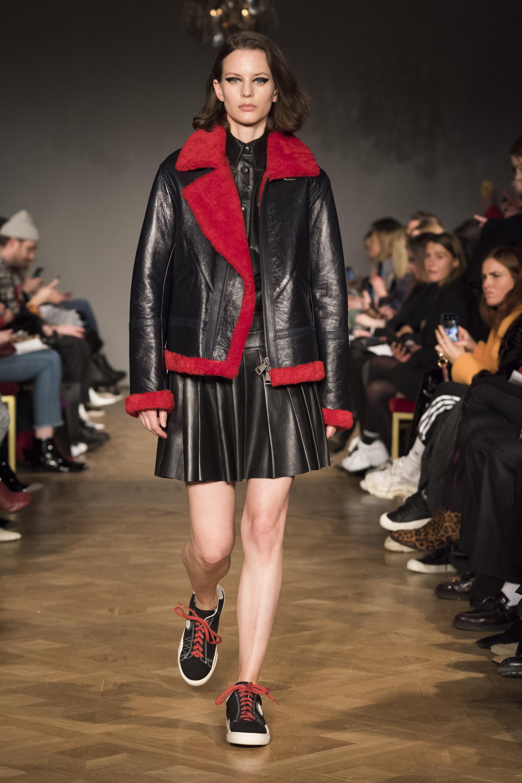 Stand черная кожаная куртка 2019 с красным мехом и кожаным черным платьем