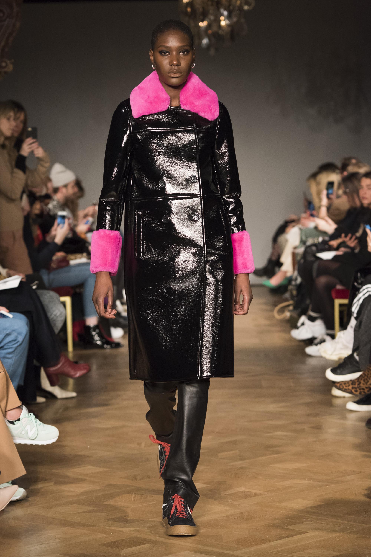 Stand кожаное пальто черного цвета 2019 с меховым воротником и манжетами розового цвета
