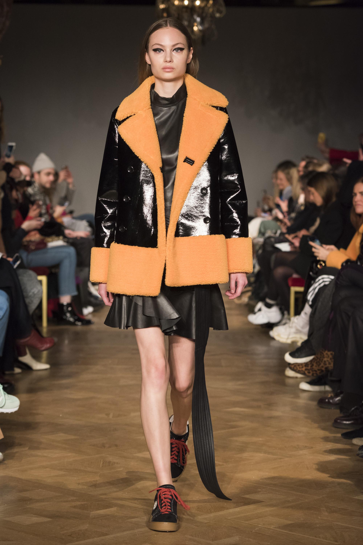 Stand черная лакированная кожаная куртка 2019 с желтым мехом и кожаным черным платьем