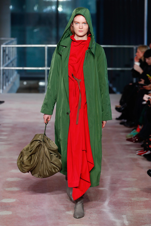 Длинный зеленого цвета плащ с капюшоном.