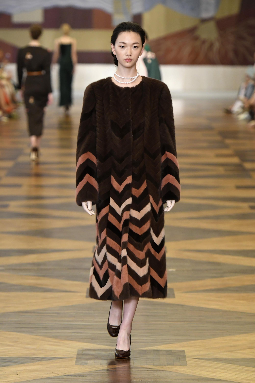 Ulyana-Sergeenko шуба коричневого цвета 2019 с геометрическим принтом из разноцветных кусков меха