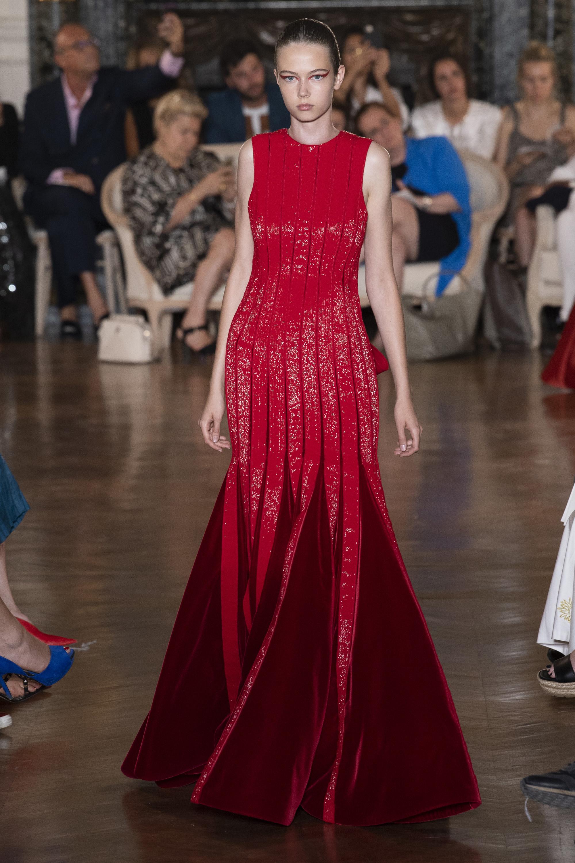 Valentino длинное расклешенное платье 2019 ярко-красное с блестящим отливом