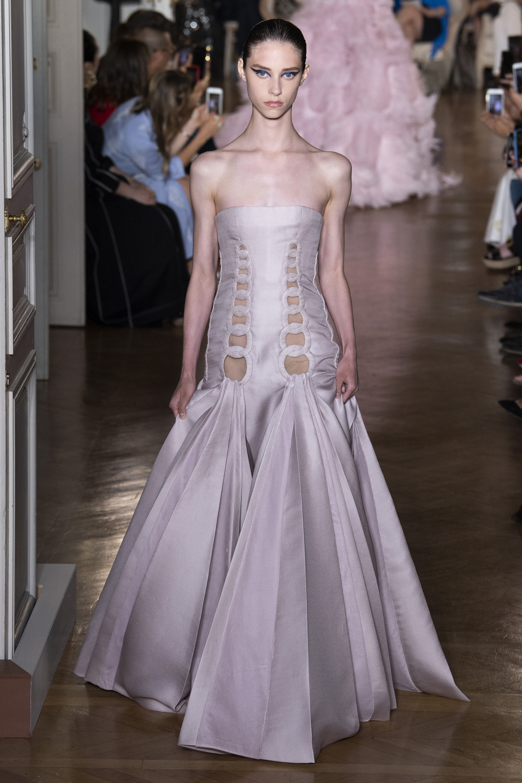 Valentino расклешенне длинное платье декольте 2019 серого цвета