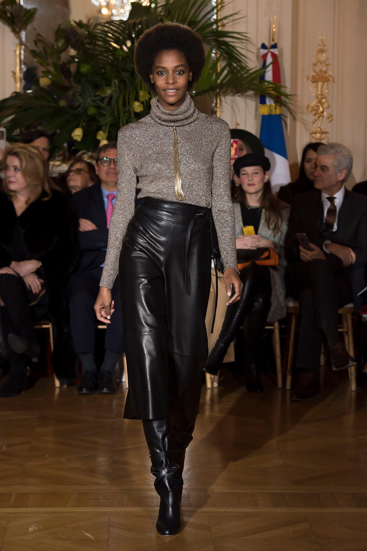 Vanessa Seward серый свитер 2019 с черной кожаной юбкой