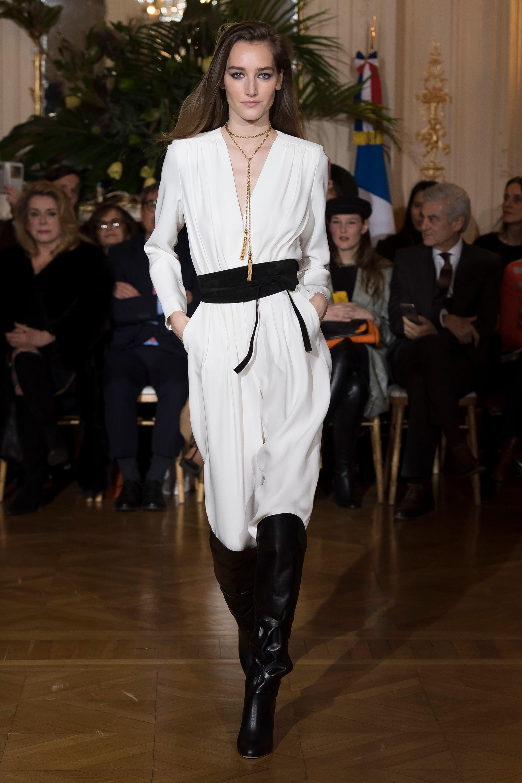 Vanessa Seward белое платье с широким черным поясом 2018-2019