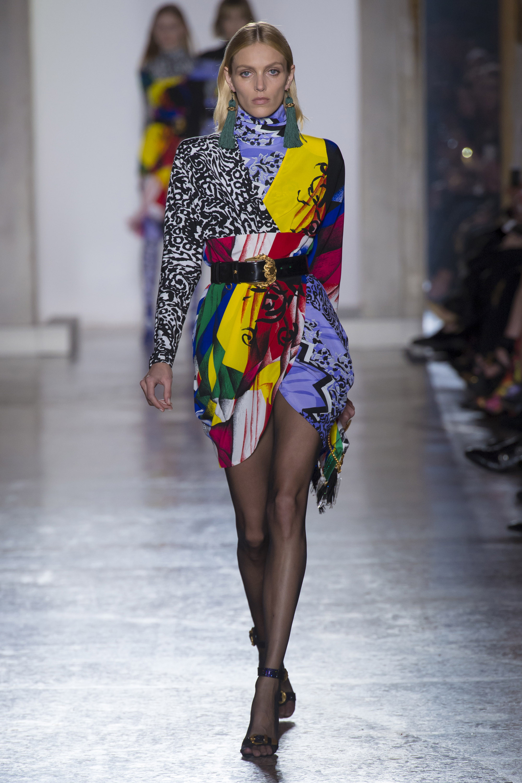 Versace яркое разноцветное короткое платье 2019 с кожаным поясом