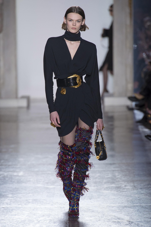 Versace черное короткое платье 2019 с широким кожаным поясом