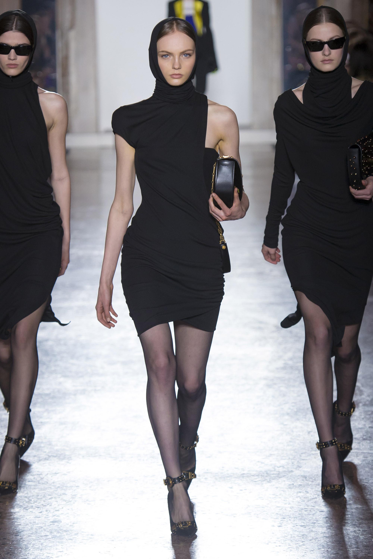 Versace черное короткое ассиметричное платье 2019 с головным убором