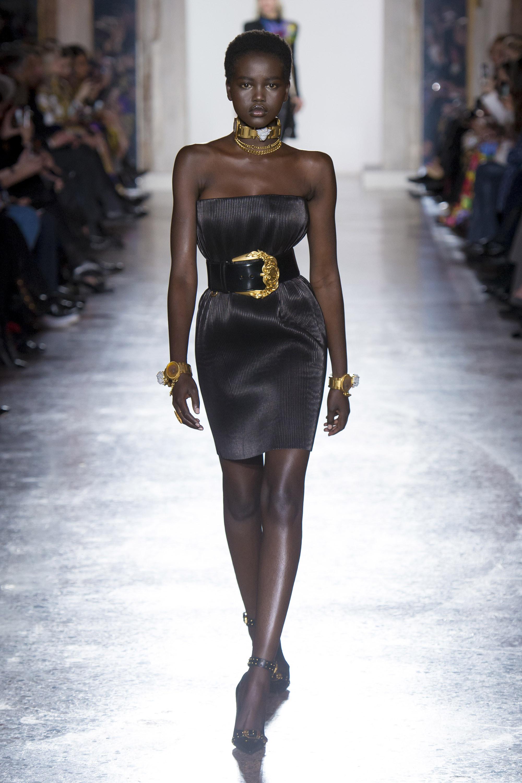 Versace блестящее короткое черное платье декольте 2019 с широким кожаным ремнем