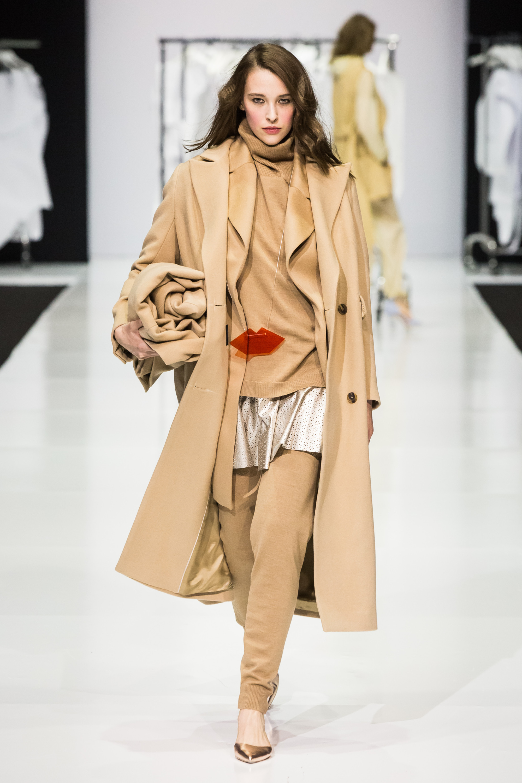 Victoria Andreyanova элегантное пальто 2019 бежевого цвета