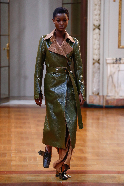 Victoria Beckham кожаное пальто болотного цвета 2019 с отложным воротником светло-коричнего цвета
