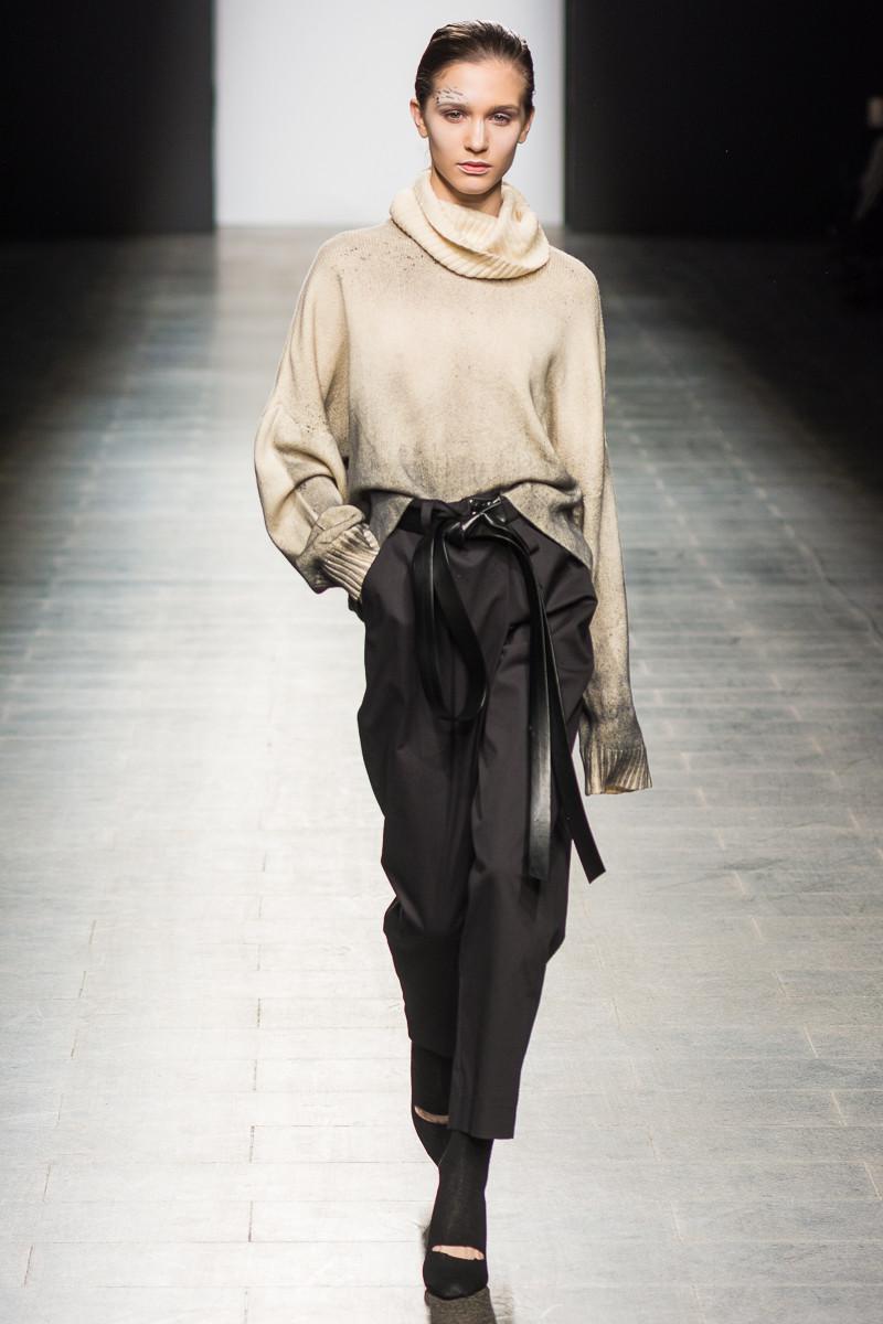 Vikki свитер бежевого цвета 2019 с темно-серыми брюками