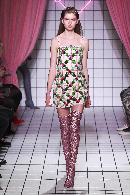 Vivetta короткое светлое платье с цветочным принтом 2019 с розово-золоченными сапогами-ботфортами