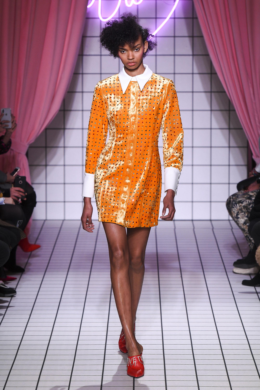 Vivetta атласное короткое платье желто-оранжевого цвета 2019 с белым воротником и манжетами