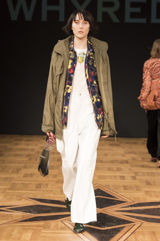 Whyred ветровка серо-коричневого цвета 2019 с белыми брюками