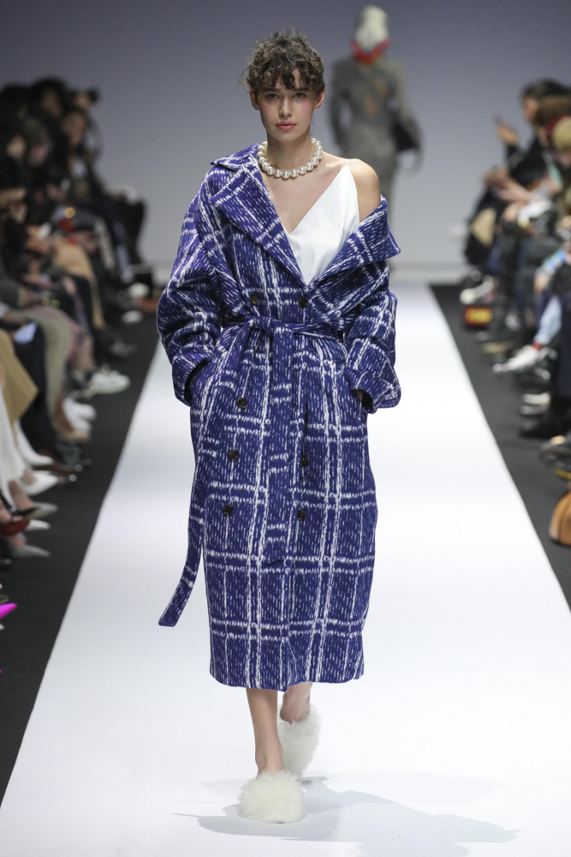 YCH пальто в клетку сине-белого цвета 2019 с большим отложным воротником