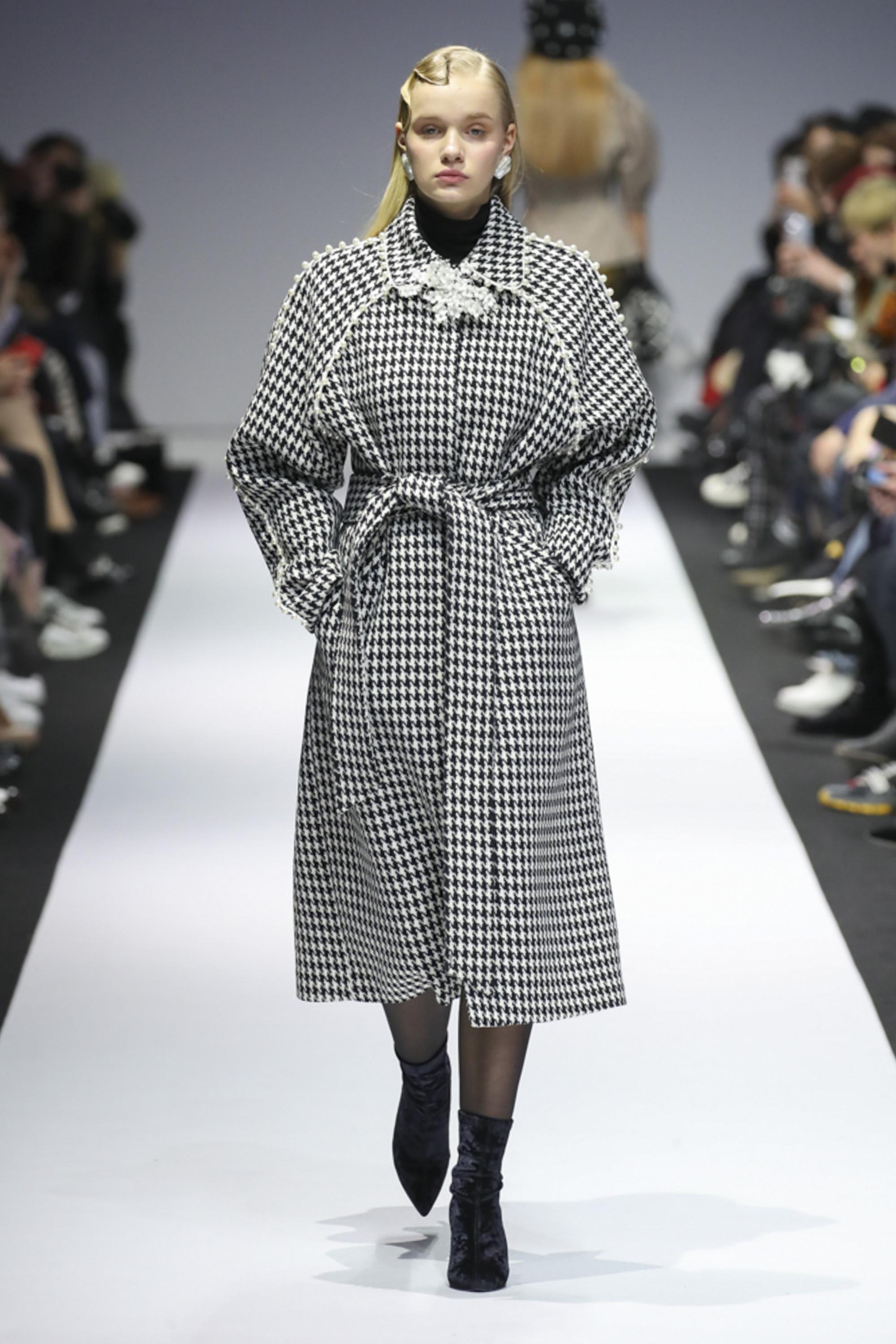YCH бело-черного цвета пальто 2019 в клетку