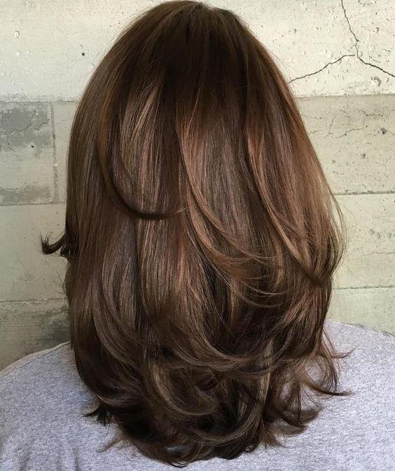 Женственная прическа для волос ниже плеча, слоистый каскад фото сзади