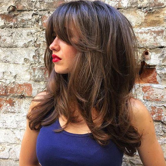 Слоистая стрижка для длинных волос женщины среднего возраста