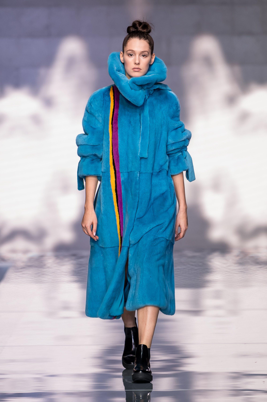 Меха Екатерина норковая шуба 2019 из голубого цвета с разноцветными полосками