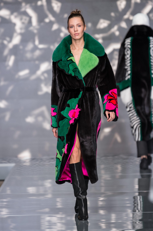 Меха Екатерина шуба черного цвета 2019 с большим воротником зеленых оттенков и яркими цветами по меху шубы