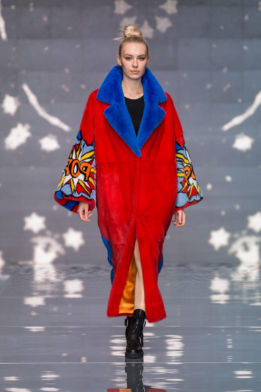 Меха Екатерина шуба ярко-красного цвета 2019 с большим воротником синего цвета и рисунком на рукавах