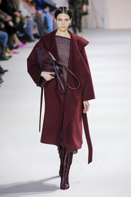 Akris пальто и блузка коричневого цвета 2019 с сапогами и сумкой темно-коричневого цвета
