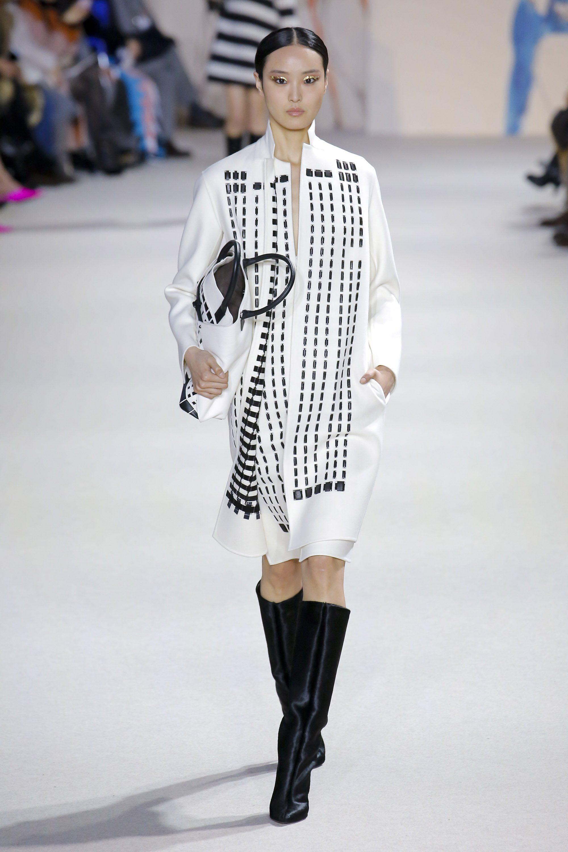 Akris белый кардиган 2019 с таким же белым платьем