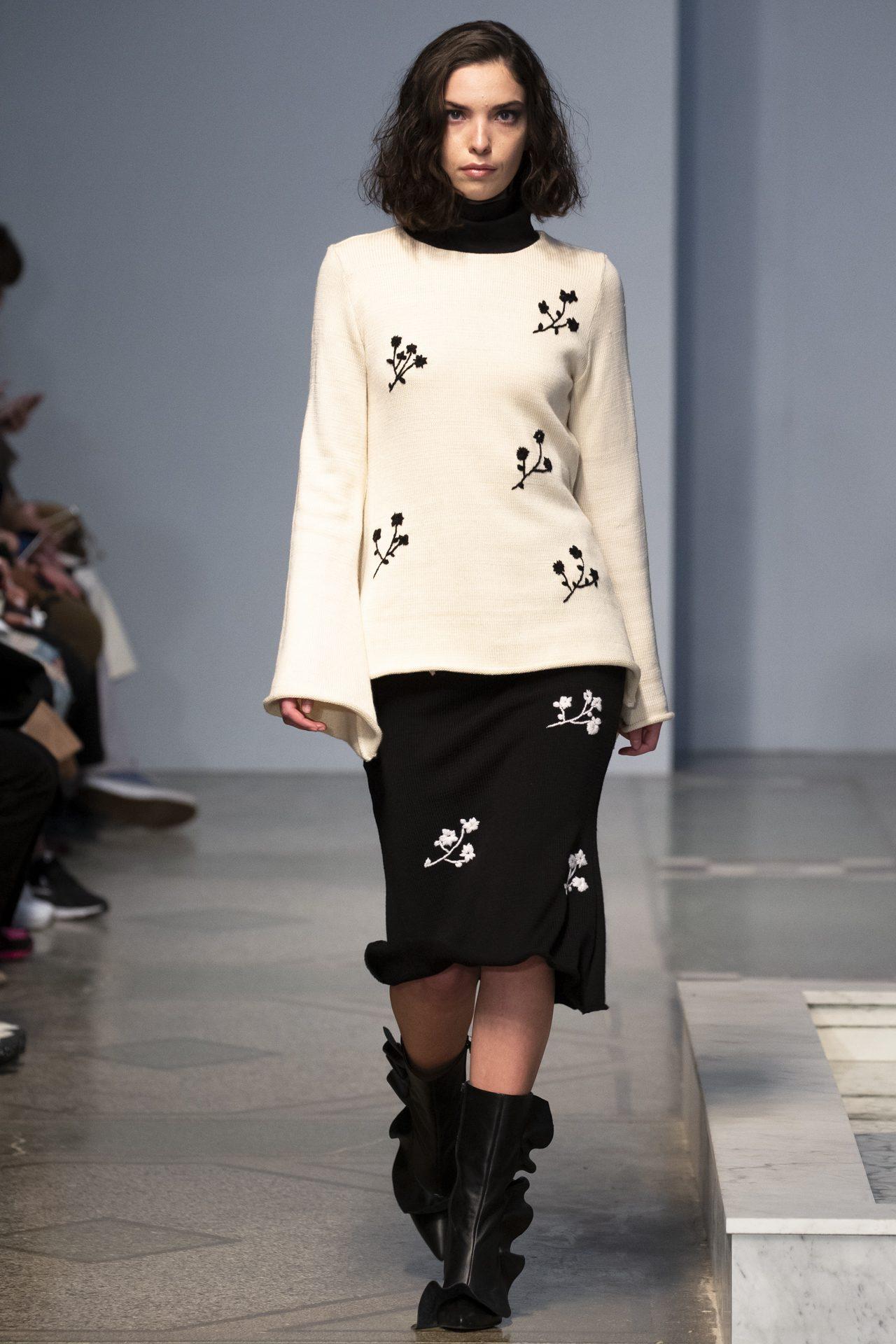 Ani Datukishvili белая трикотажная кофта с черной вышивкой 2019 с черной юбкой с белыми цветами