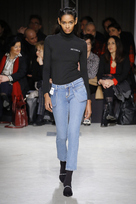 Новинка сезона - модные джинсы 2019 с наружными карманами с водолазкой Au Jour Le Jour