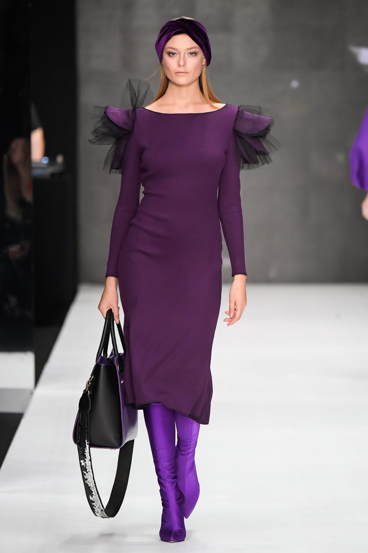 Bella Potemkina элегантное платье фиолетового цвета 2019 с яркими фиолетовыми сапогами