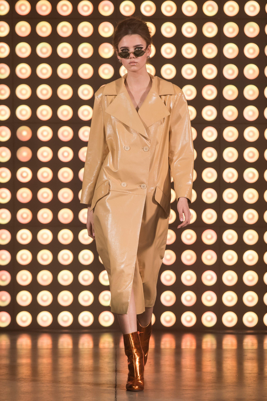 Beso Turá кожаное лакированное пальто 2019 бежевого цвета