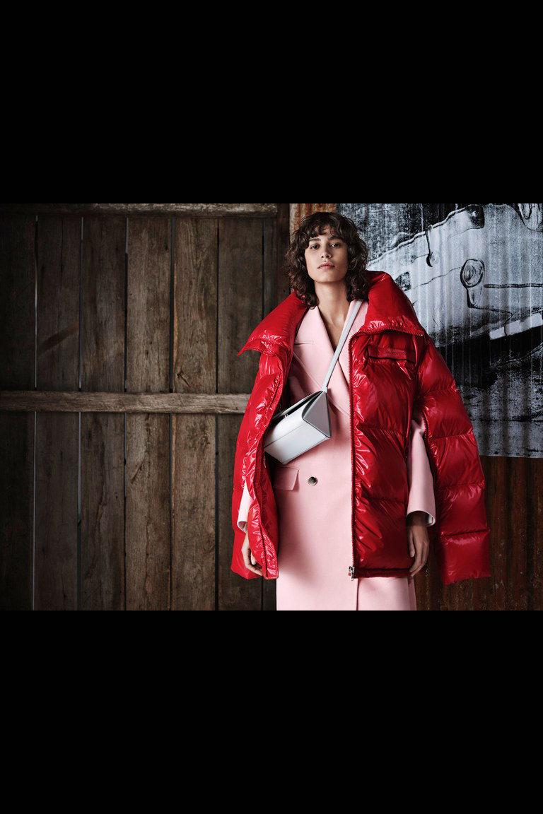 Calvin Klein кожаный пуховик красного цвета 2019 с большими воротником