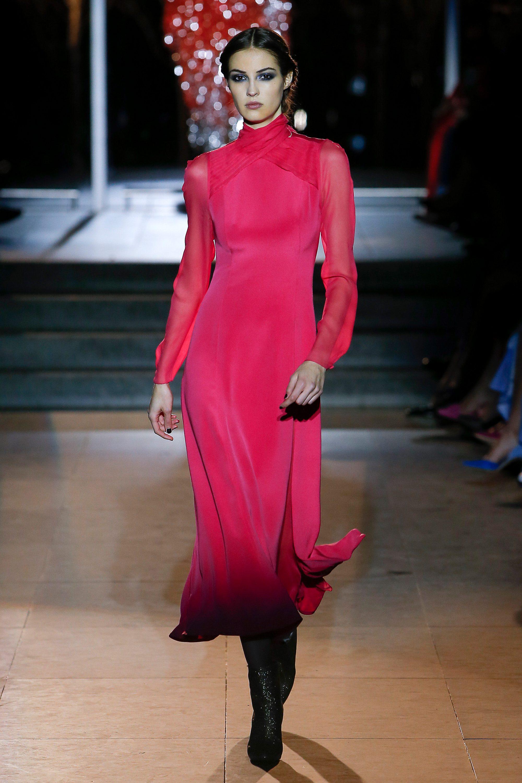 Carolina Herrera ярко-розовое платье 2019 с длинными рукавами