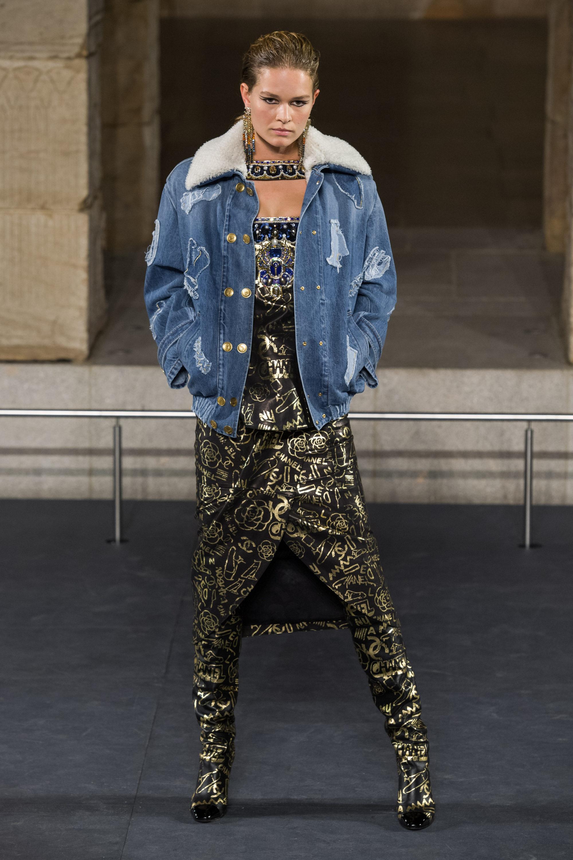 Chanel джинсовая куртка-бомбер 2019 с белым воротником из искуственного меха