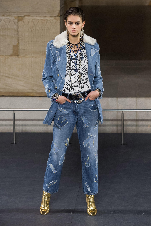 Chanel джинсовая куртка 2019 с белым воротником из искуственного меха