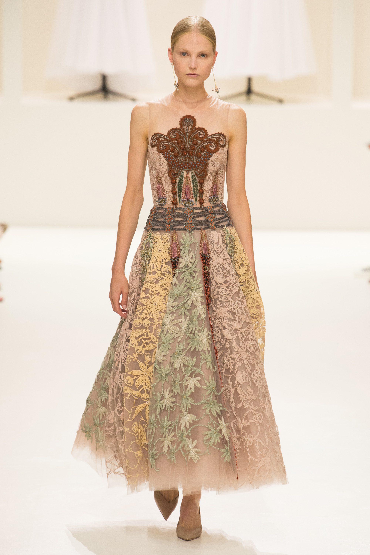 Роскошное кружевное платье бежевого цвета из коллекции Christian Dior