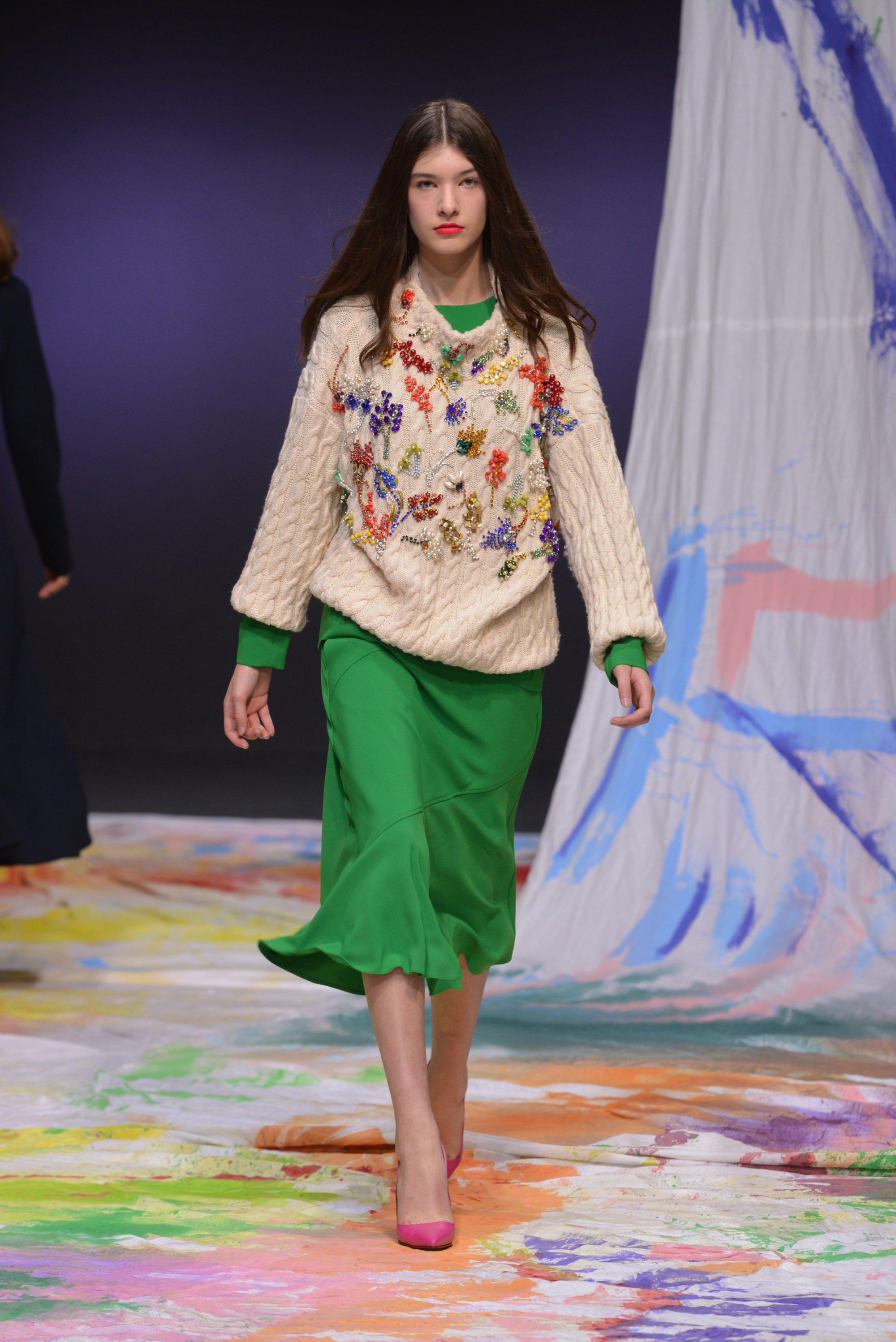 Dalood бежевая кофта крупной вязки с вышивкой в виде цветов 2019 с зеленой юбкой