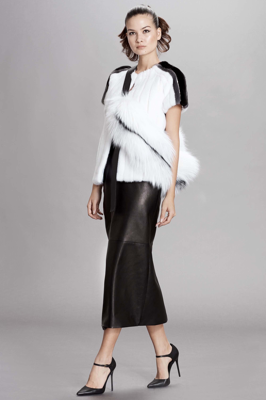 Dennis Basso белая меховая кофта с черным кожаным платьем 2019