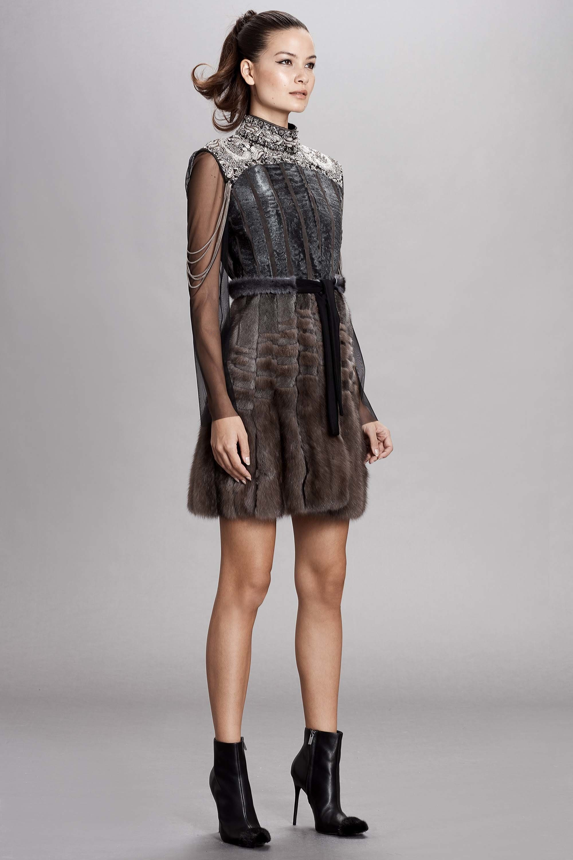 Dennis Basso короткое платье из натурального меха 2019 с длинными рукавами из прозрачной ткани