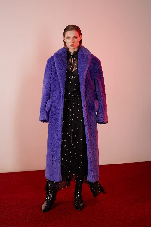 Elenareva фиолетовая шуба 2019 и платье в горошек