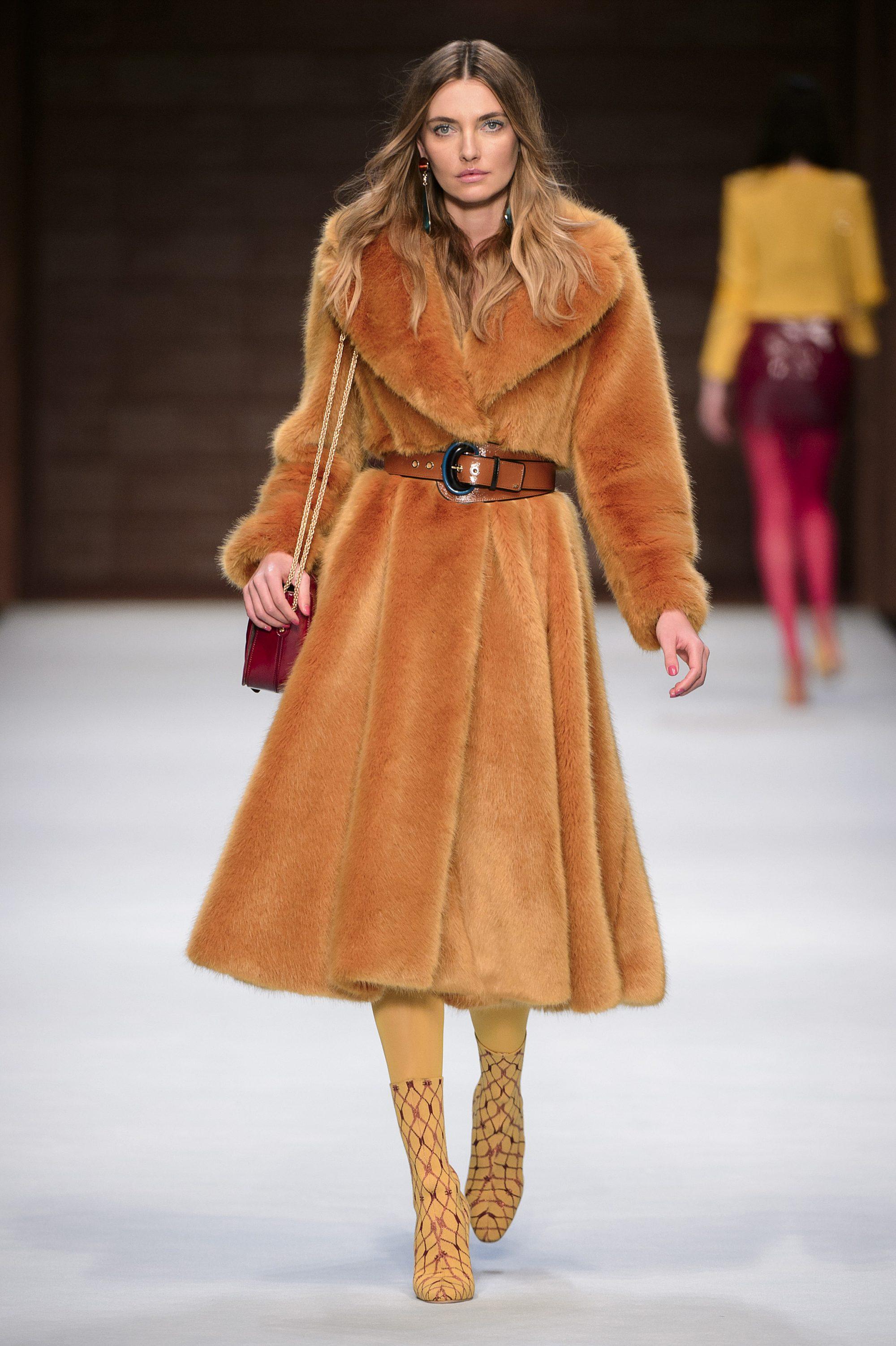 Elisabetta Franchi расклешенная шуба 2019 ярко-оранжевого цвета с кожаным поясом