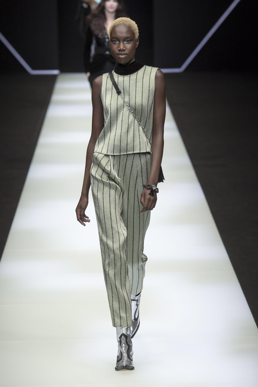 Emporio-Armani светло-серый брюки в полоску с топом 2019 с серыми лакированными сапогами