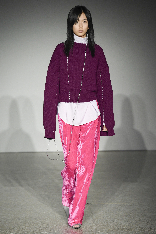 Erika Cavallini фиолетовая кофта 2019 с блестящими ярко-розовыми брюками