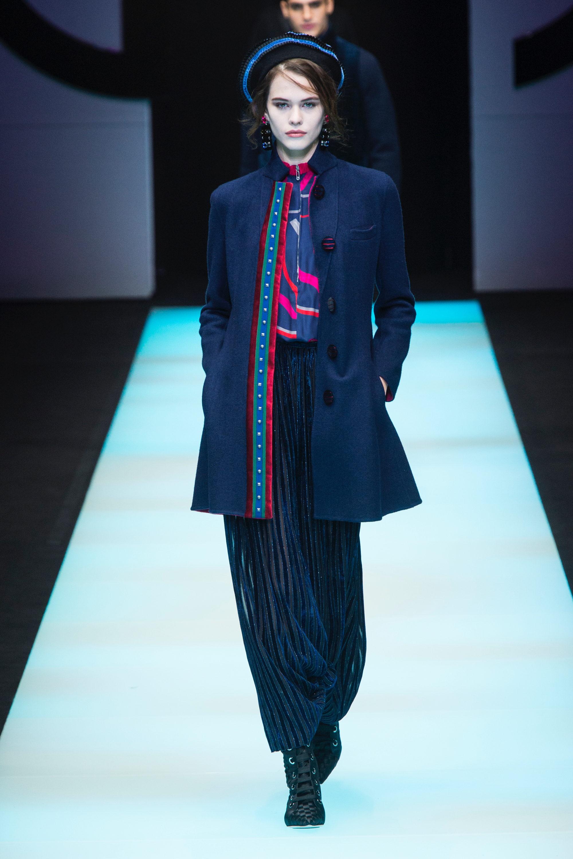Giorgio Armani пальто синего цвета 2019 с синей юбкой в полоску
