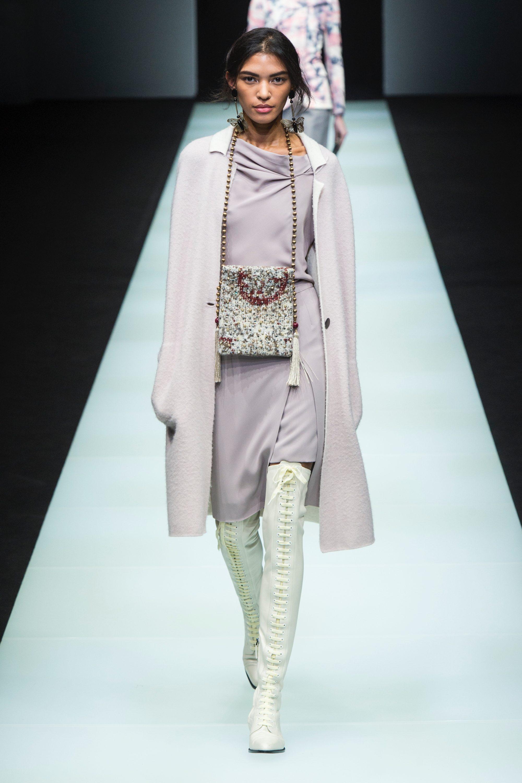 Giorgio Armani светлое пальто 2019 с сумкой на шее - новый писк моды 2019