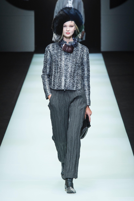 Giorgio Armani брюки серого цвета 2019 с маленьким блестящим серебристым пиджаком