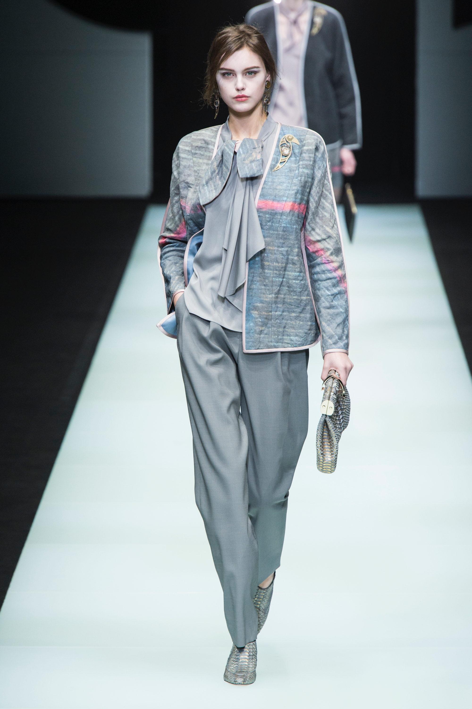 Giorgio Armani светло-серые брюки,блузка и пиджак с принтом 2019 с серыми лакированными туфлями
