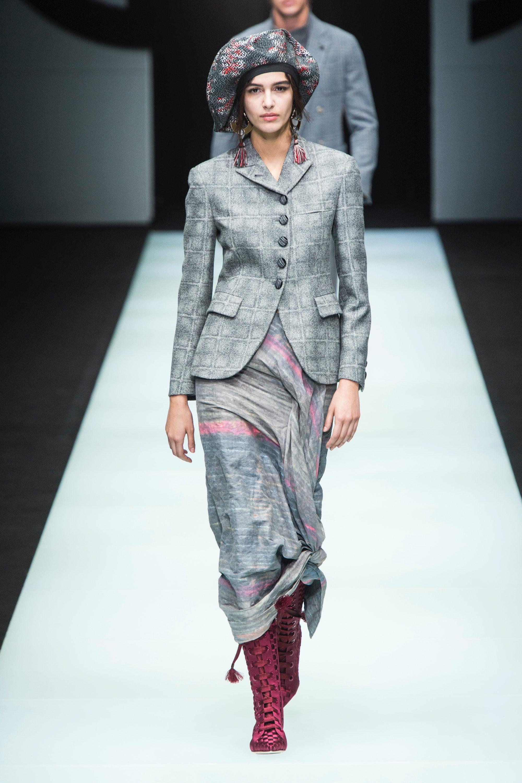 Giorgio Armani светло-серого цвета юбка с принтом 2019 с пиджаком в клетку